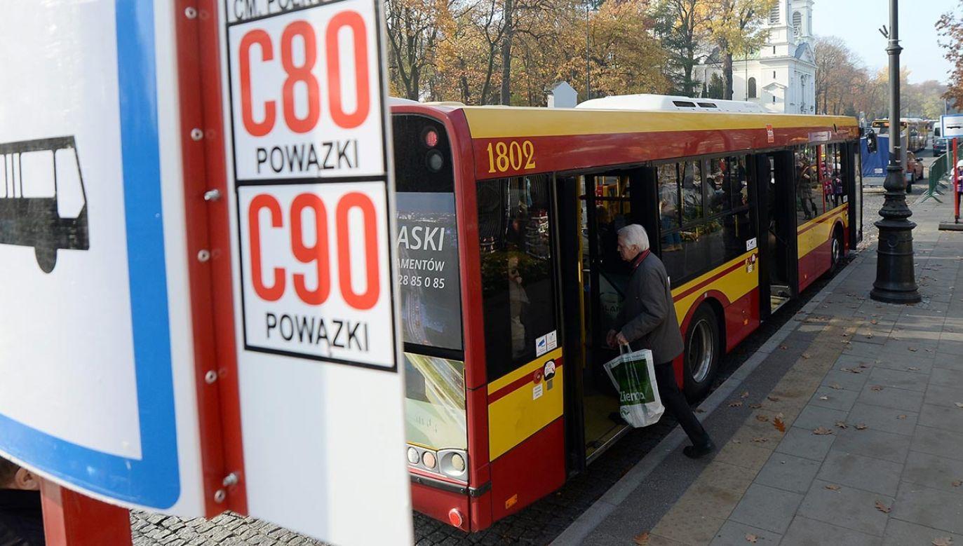 Warszawski Transport Publiczny już od jutra wprowadza zmiany w komunikacji miejskiej związane ze zbliżającym się Dniem Wszystkich Świętych i Dniem Zadusznym (fot. PAP/Bartłomiej Zborowski)