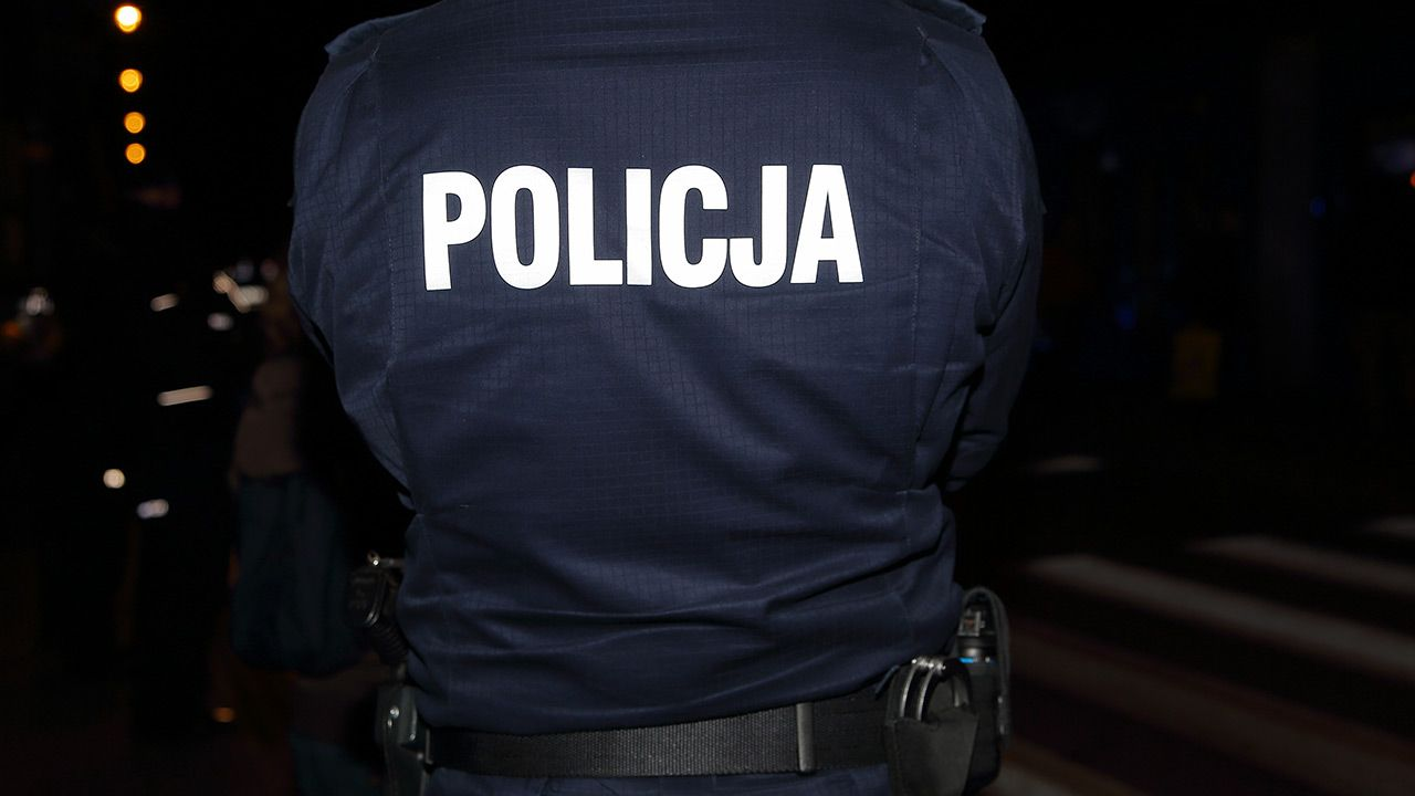 Funkcjonariusze zabrali dziennikarza na komendę (fot. Shutterstock)