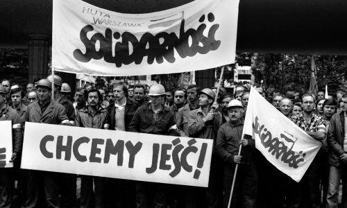 30 kwietnia, na skutek stale narastających trudności gospodarczych, system rozszerzono, obejmując nim także wszelkie przetwory mięsne, masło, mąkę, ryż i kaszę. Powodowało to kolejne protesty. Warszawa, 1981-07-31. Członkowie Solidarności Regionu Mazowsze protestują przed gmachem Sejmu przy ul. Wiejskiej przeciwko wzrostowi cen żywności i ograniczonemu zaopatrzeniu w mięso.Fot. PAP/CAF/Marek Broniarek
