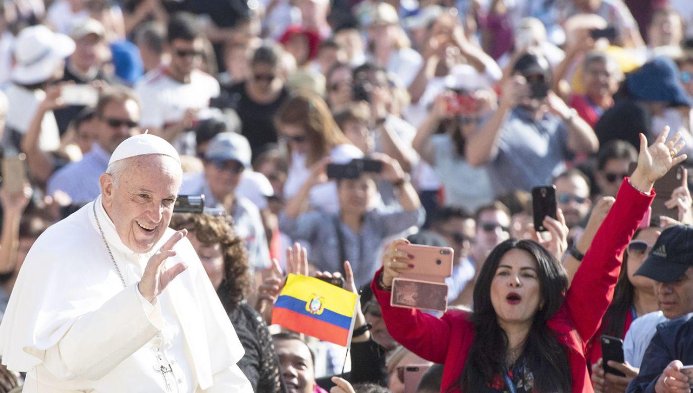 """Franciszek zaznaczył, że """"dzisiaj w liturgii Kościoła w Polsce przypada święto patrona dzieci i młodzieży, świętego Stanisława Kostki"""" (fot. PAP/EPA/CLAUDIO PERI)"""