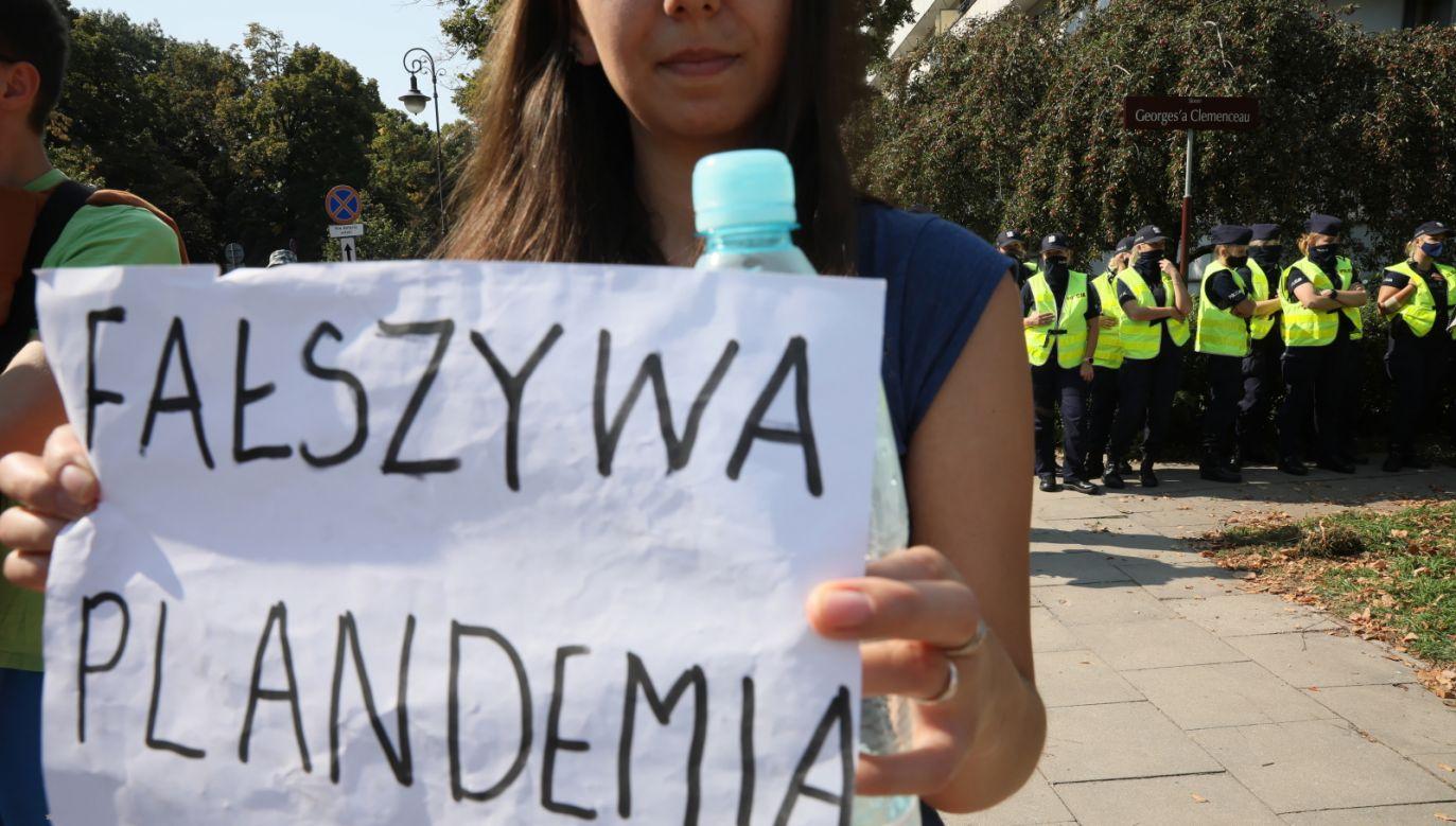 Młodzi ludzie często lekceważą zagrożenie koronawrusem. Na zdjęciu marsz pod hasłem
