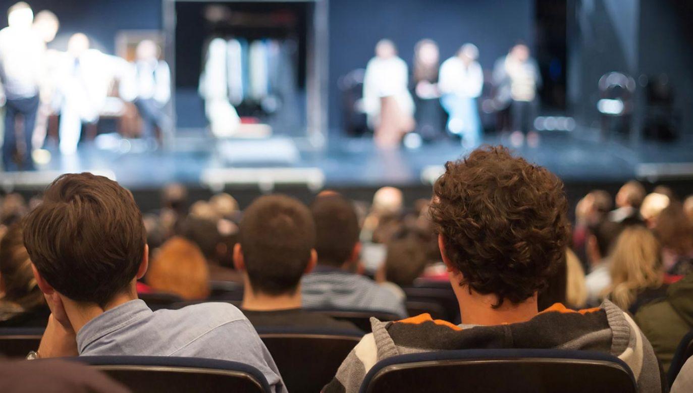 Organizatorzy przygotowali propozycje skierowane do różnych odbiorców: koneserów teatru, do rodzin, młodzieży i seniorów (fot. Shutterstock/aerogondo2)