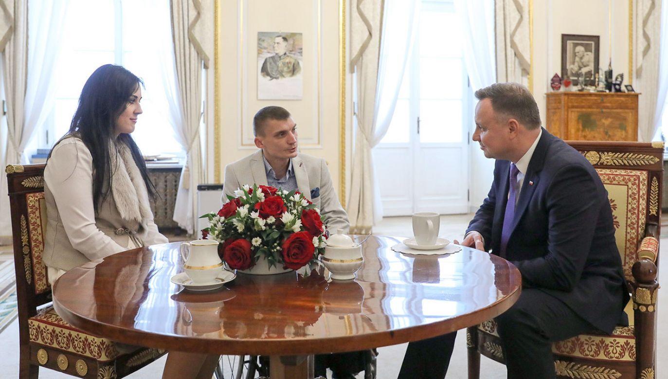 Tomasz Piesiecki i Andrzej Duda rozmawiali o problemach dotyczących osób z niepełnosprawnościami, którymi warto się zająć (fot. Jakub Szymczuk/KPRP)