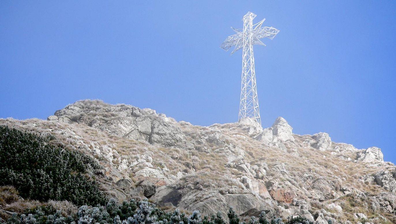 Błękitna Tarcza na krzyżu na Giewoncie oznacza, że jest to zabytek chroniony prawem (fot. Shutterstock/slavcic)