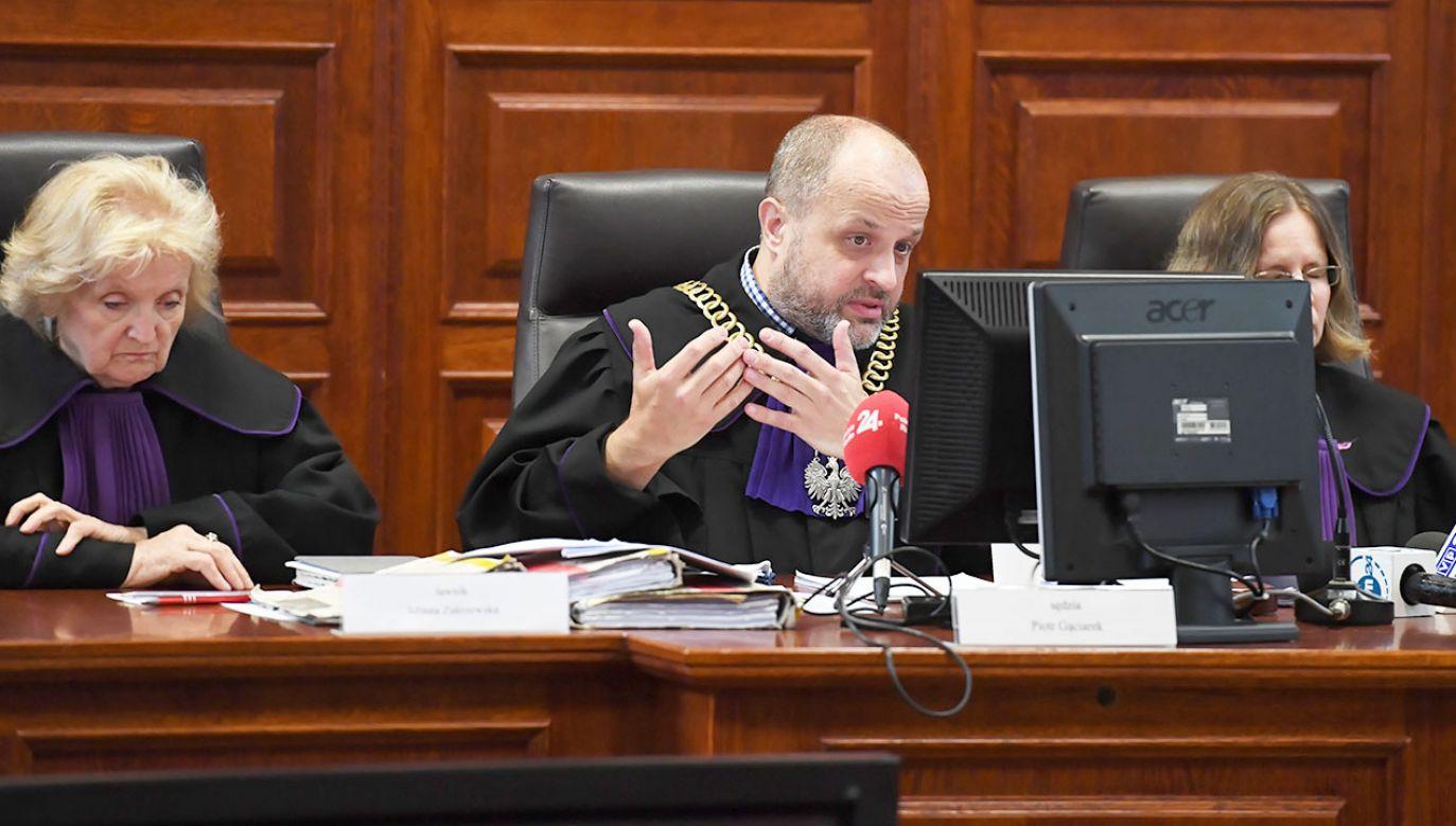 Sędzia Przewodniczący Piotr Gąciarek (C) oraz ławnik Jolanta Zakrzewska (L) na sali rozpraw, 19 bm. w Sądzie Okręgowym w Warszawie (fot. PAP/Piotr Nowak)