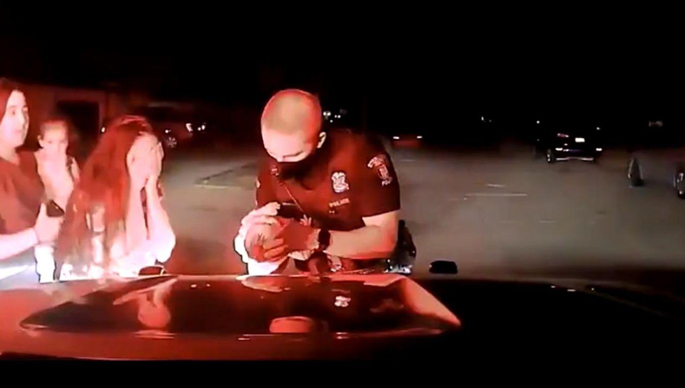 Policjant wziął niemowlę na ręce i poklepał po plecach, aby oczyścić drogi oddechowe  (fot. Sterling Heights Police Department)
