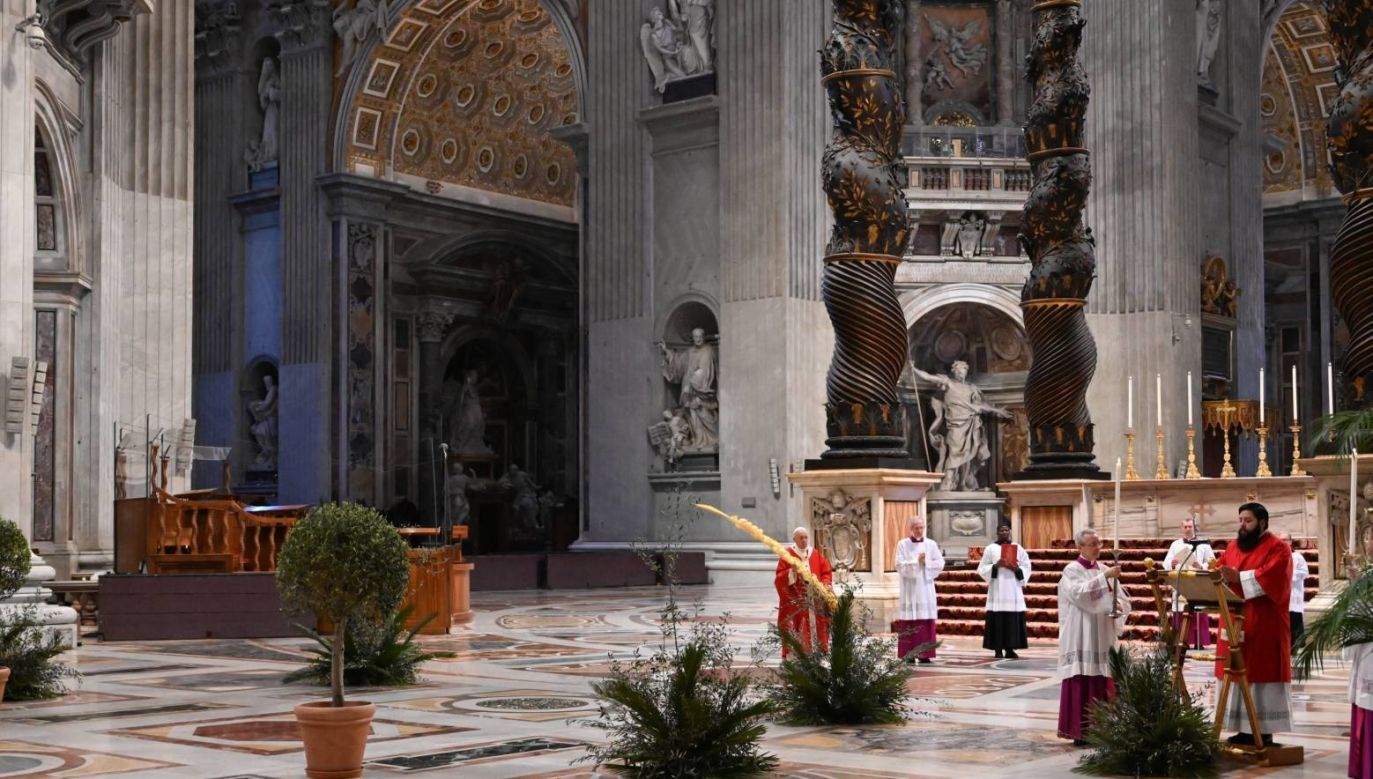 Franciszek podkreślił, że życie jest mierzone miłością (fot. PAP/EPA/ALBERTO PIZZOLI)