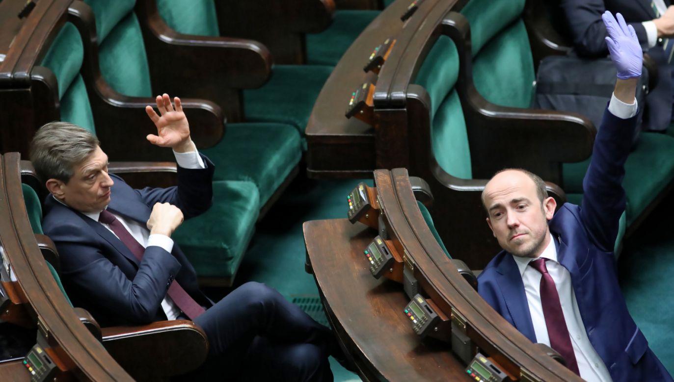 """Lider PO Borys Budka zapowiedział, że jego ugrupowanie będzie chciało """"poprawić"""" rządową specustawę (fot. PAP/Leszek Szymański)"""
