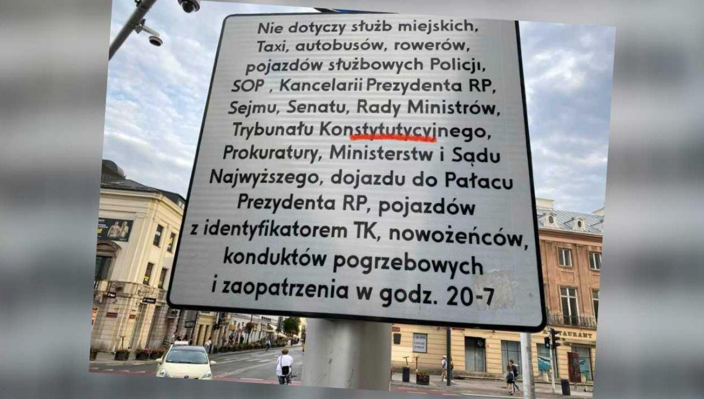 Znak stoi na skrzyżowaniu ulic Nowy Świat i Świętokrzyskiej (fot. FB/Kamil Zaradkiewicz)