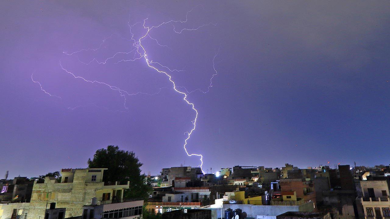 Meteorolodzy ostrzegają przed kolejnymi burzami (fot. Vishal Bhatnagar/NurPhoto via Getty Images)