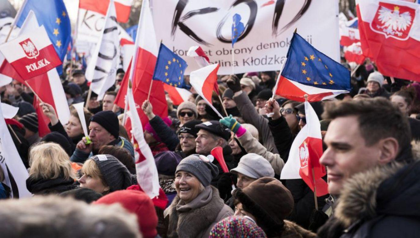 Walter Chełstowski, jeden z inicjatorów Komitetu Obrony Demokracji, krytykuje formację Grzegorza Schetyny (fot. Omar Marques/Anadolu Agency/Getty Images)