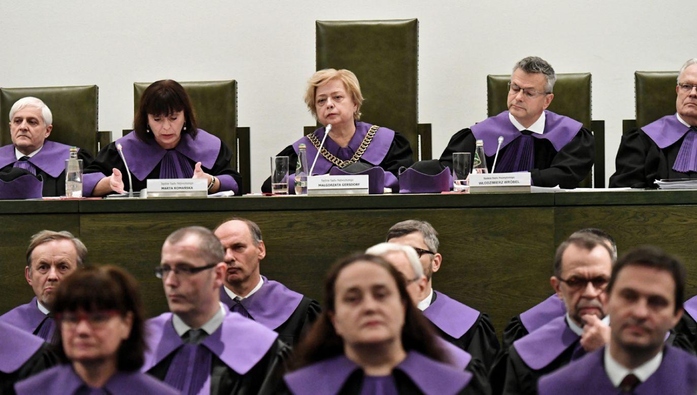 Pierwsza prezes SN Małgorzata Gersdorf (C) oraz sędziowie SN Włodzimierz Wróbel (2P), Marta Romańska (2L) w trakcie konferencji prasowej po wspólnym posiedzeniu trzech izb Sądu Najwyższego(fot. arch PAP / Piotr Nowak)