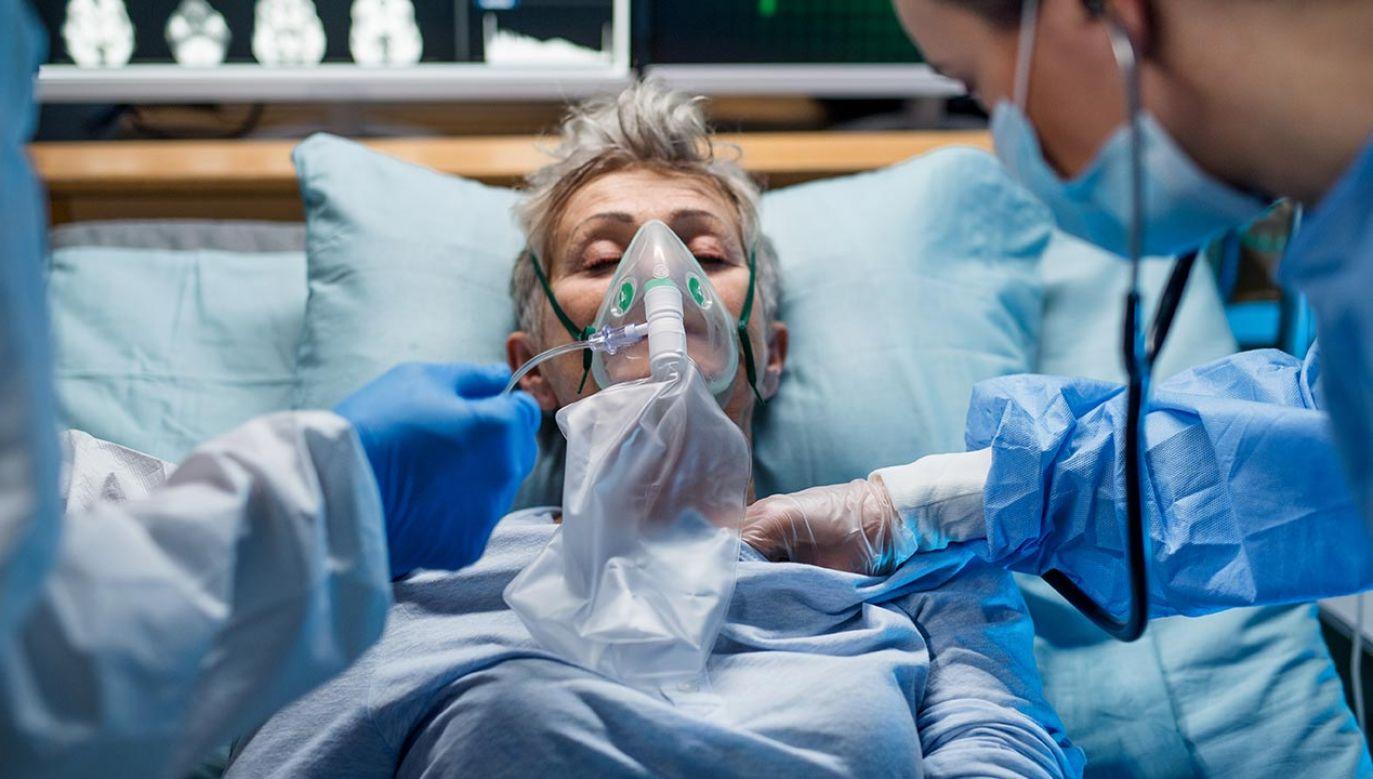 Dlaczego jedni chorują na COVID-19 ciężko, wręcz śmiertelnie, a inni lekko, wręcz bezobjawowo? (fot.Shutterstock Halfpoint)
