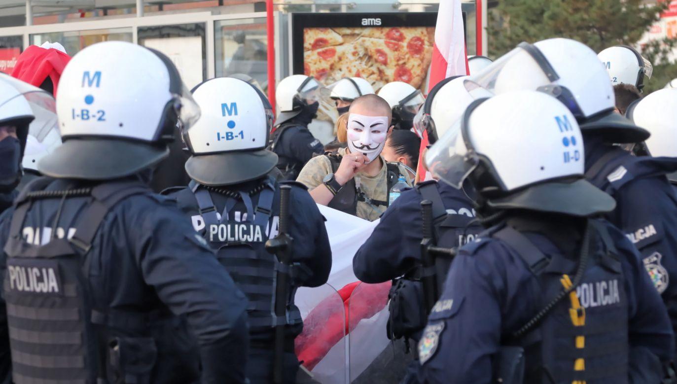 Komenda Główna Policji odniosła się wobec nieprzestrzegania zasad sanitarno-epidemiologicznych (fot. PAP/Wojciech Olkuśnik)