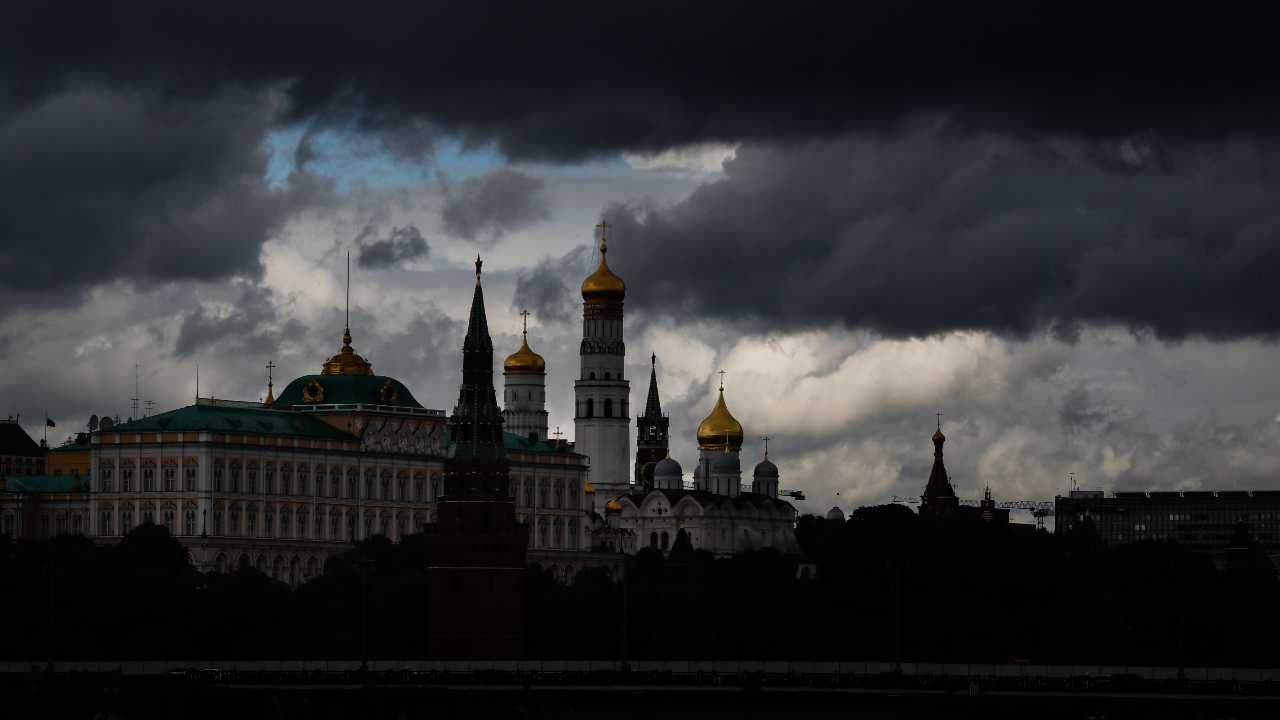 Kreml prowadzi wojnę hybrydową z Zachodem (fot. PAP/EPA/YURI KOCHETKOV)