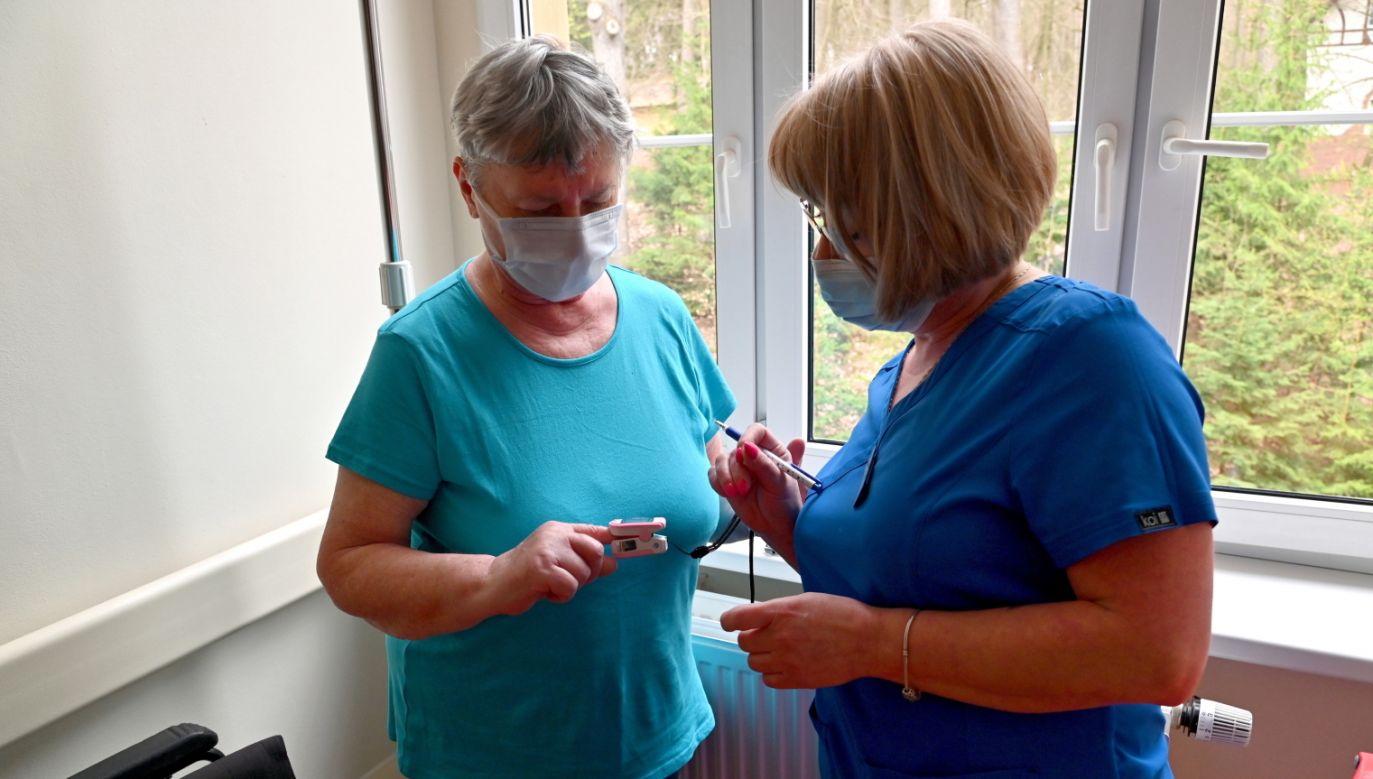 Koronawirus w Polsce. Kto dostanie dodatek niemedyczny? (fot. PAP/Marcin Bielecki)