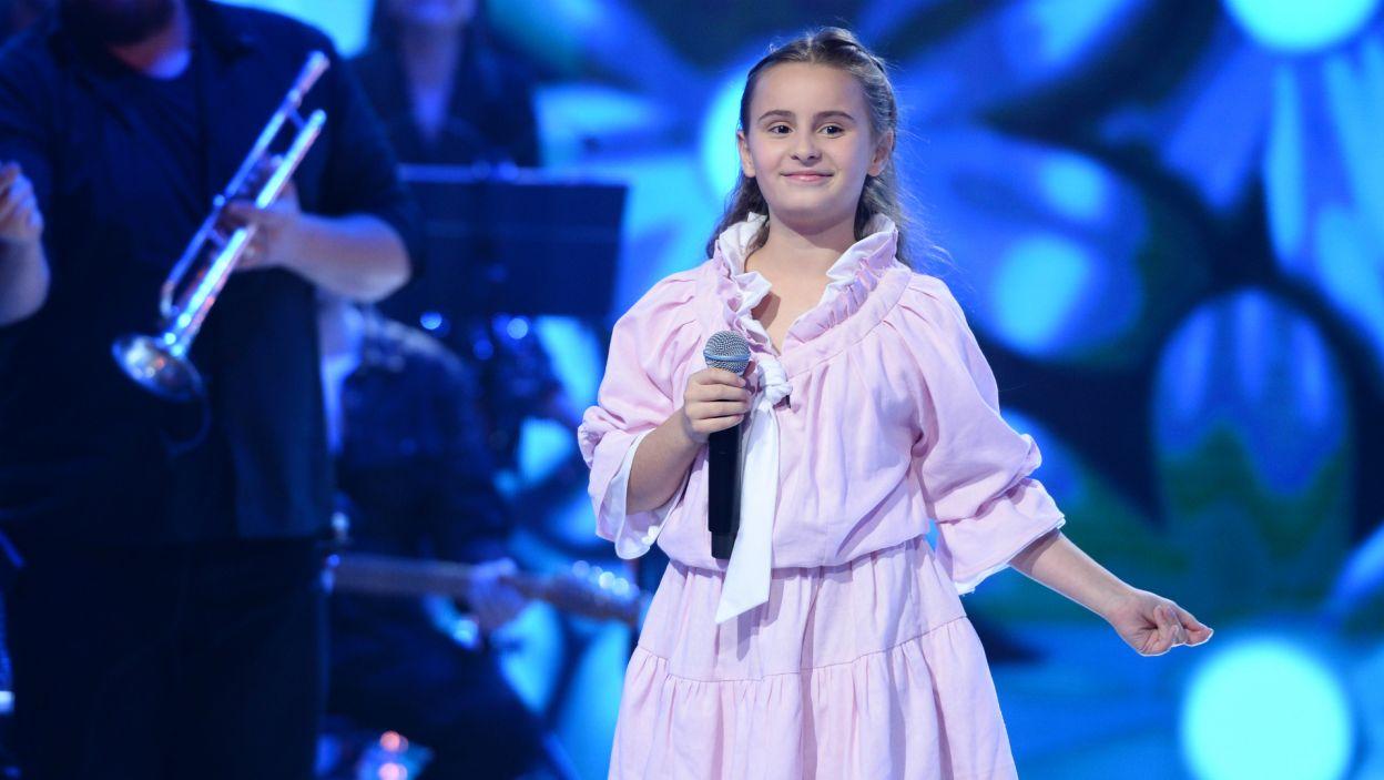 """Zdolna 11-latka zaśpiewała następnie oryginalny utwór """"Bubbles In My Head"""". Piosenka spodobała się zarówno jury, jak i telewidzom i dziewczynka zajęła drugie miejsce (fot. J. Bogacz/TVP)"""