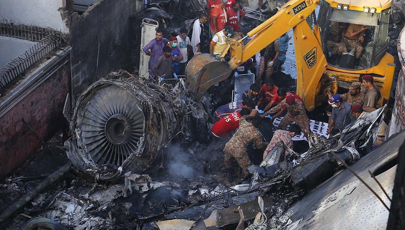 Maszyna spadła na wąską uliczkę, niszcząc skrzydłami co najmniej pięć domów (fot. PAP/EPA/SHAHZAIB AKBER)