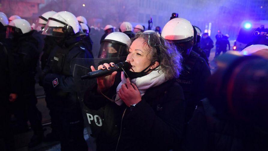 Wulgarne komentarze pod adresem policjantów to na proaborcyjnych strajkach norma (fot. PAP/Radek Pietruszka)