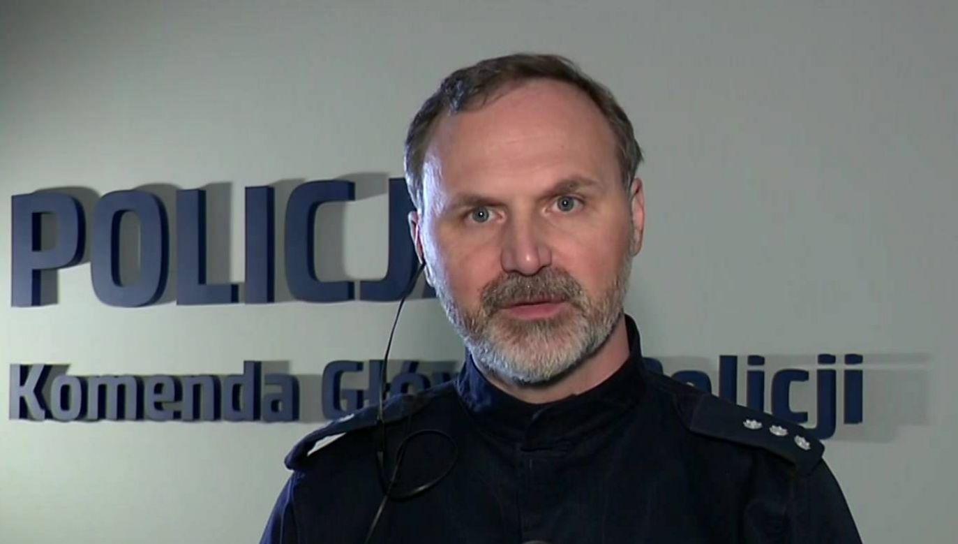 Kom. Dawid Marciniak z Komendy Głównej Policji ostrzega przed oszustami (fot. TVP)