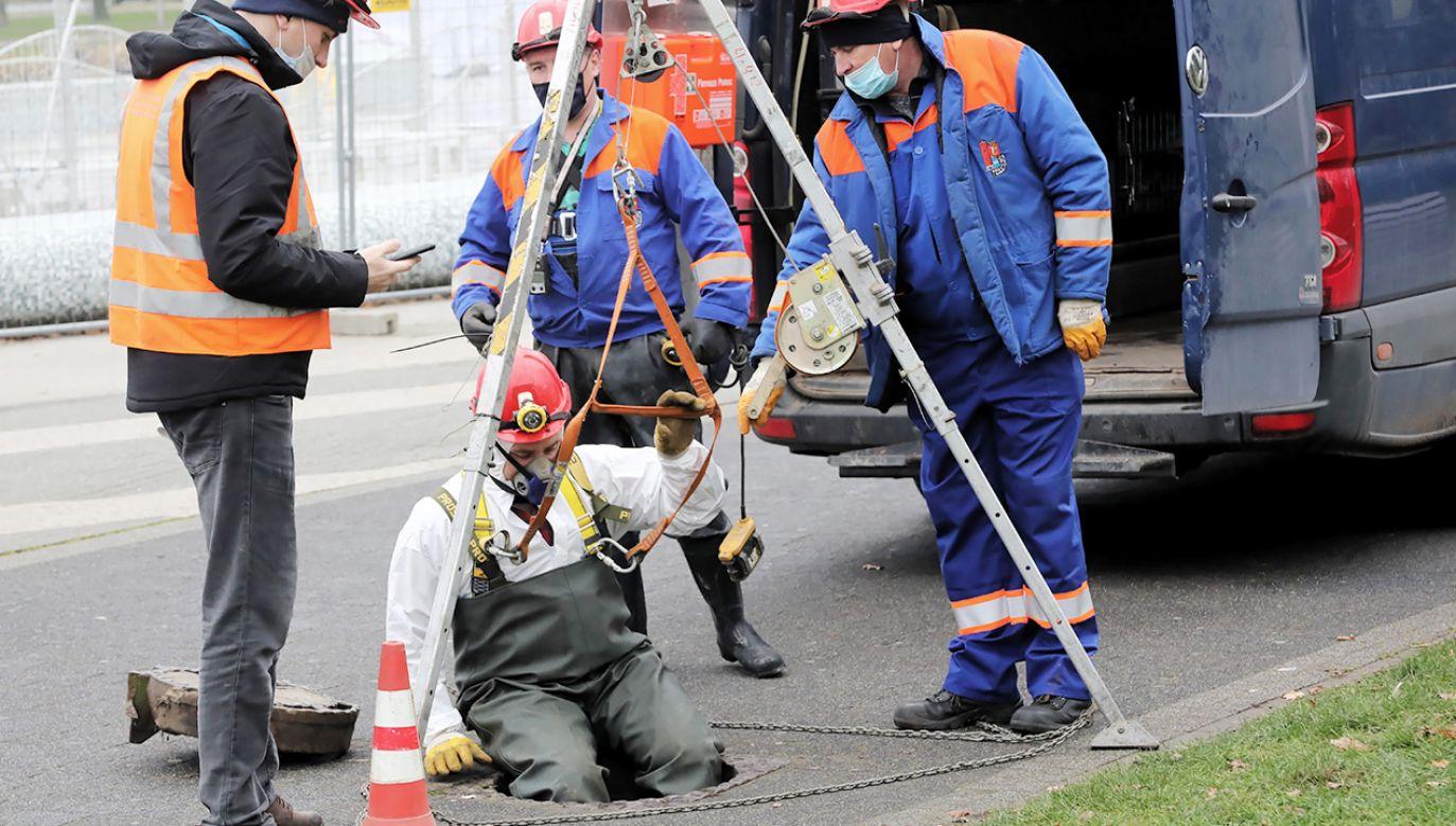 Na miejscu pracują trzy zastępy straży pożarnej (fot. PAP/Wojciech Olkuśnik)