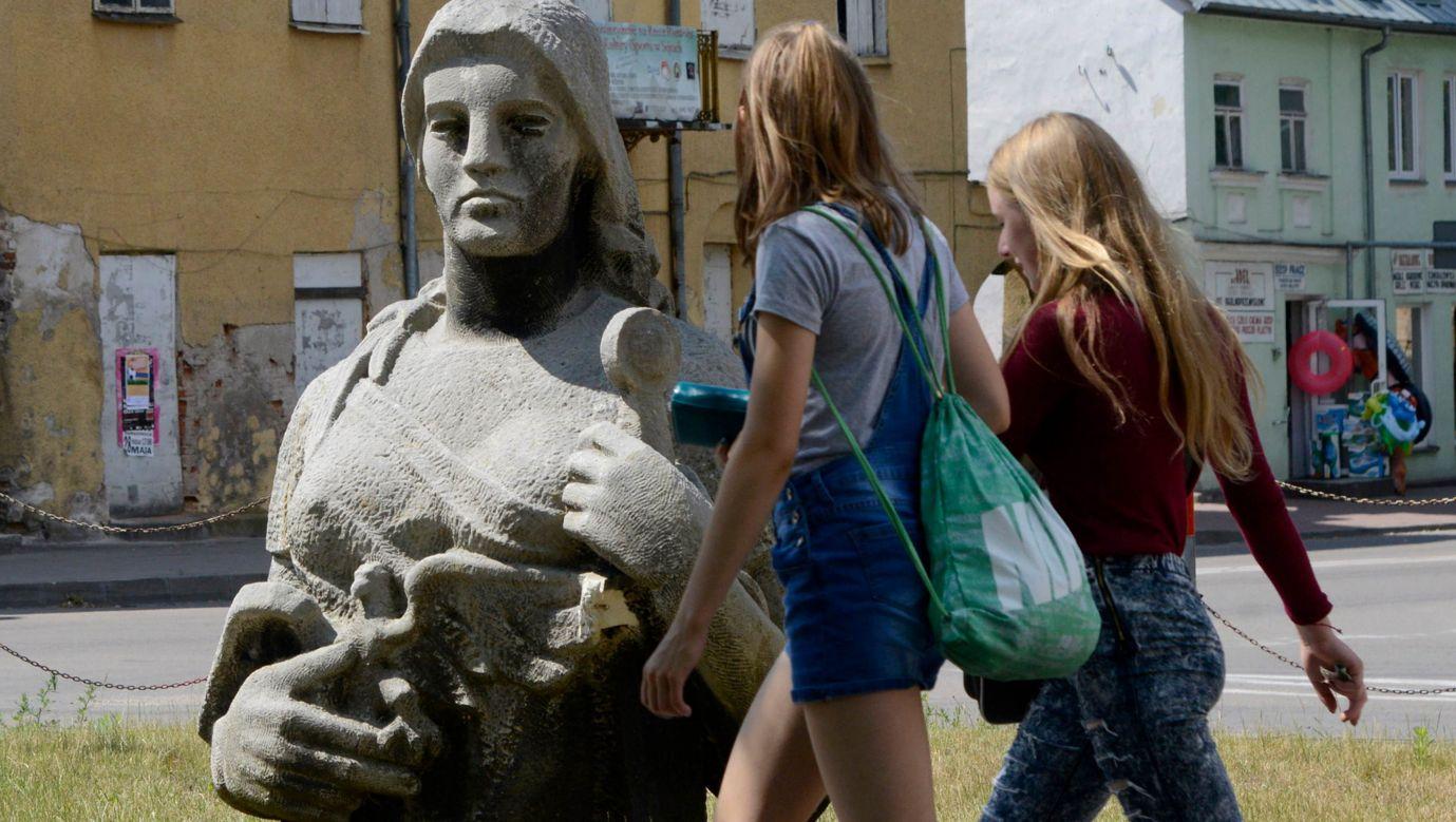 """Fragment pomnika Matki Polki zwanego """"Lilka"""", wzniesionego w Sejnach na  25-lecie PRL. Fot.  Andrzej Sidor / Forum"""