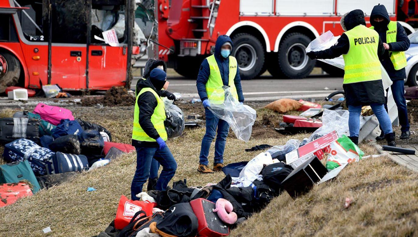 Prokuratorzy pracują na miejscu wypadku (fot. PAP/Darek Delmanowicz)