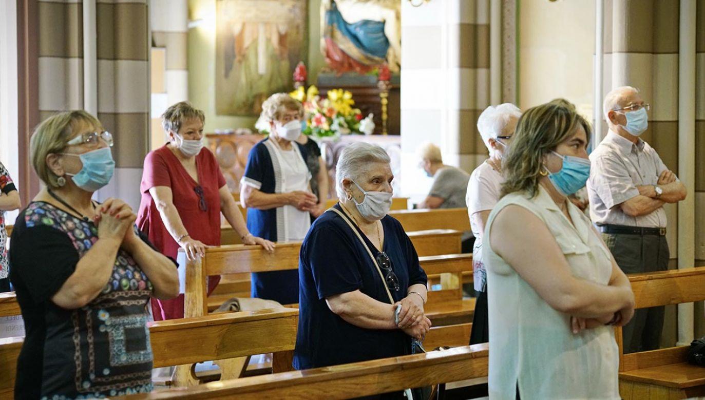 Wierni, którzy decydują się na udział w nabożeństwie, muszą pamiętać o założeniu maseczki (fot. Shutterstock/MikeDotta)