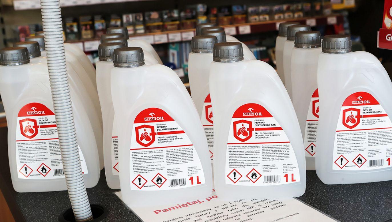 Płyn do dezynfekcji Orlenu miał służyć pracownikom i klientom sklepów (fot.  PAP/Roman Zawistowski)