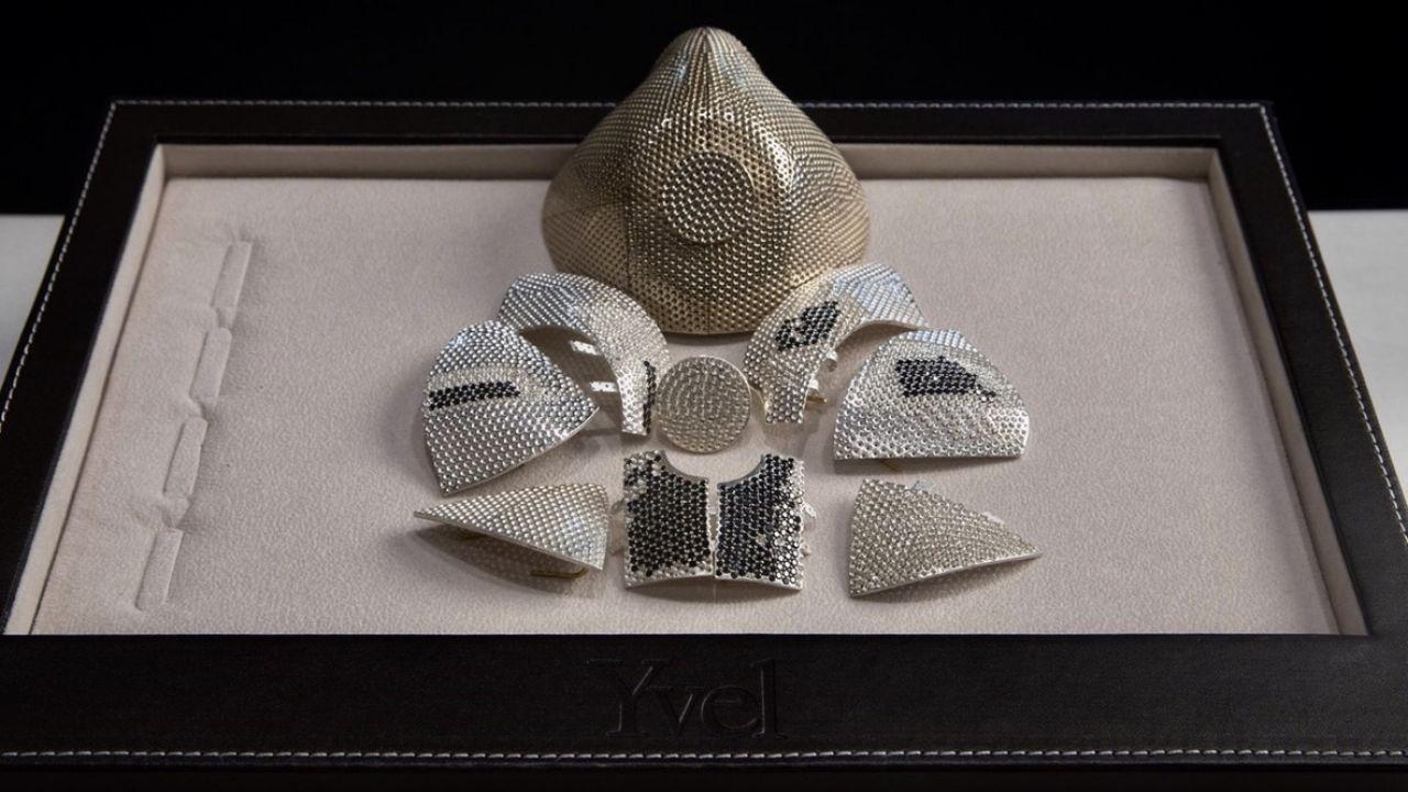 – Maseczka z 18-karatowego białego złota będzie ozdobiona 3600 białymi i czarnymi diamentami, a na życzenie zostanie wyposażona w najwyższej jakości filtry N99 – wyjawił projektant i właściciel firmy jubilerskiej Yvel z Jerozolimy (fot. Yvel Jewelry)
