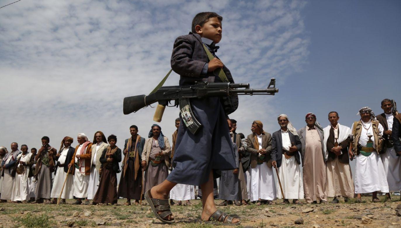 Rebelianci Huti protestujacy przeciwko porozumieniu dyplomatycznemu pomiędzy Izraelem i ZEA(fot. Mohammed Hamoud/Getty Images)