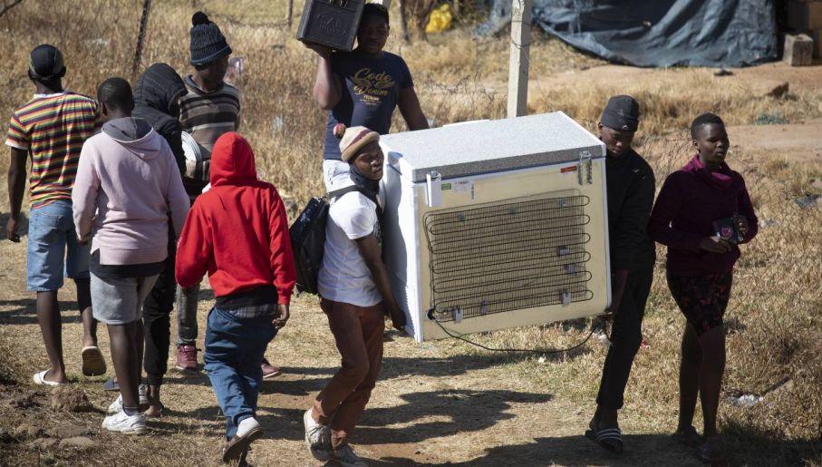 Protestom towarzyszy rabowanie sklepów (fot. PAP/EPA/KIM LUDBROOK)
