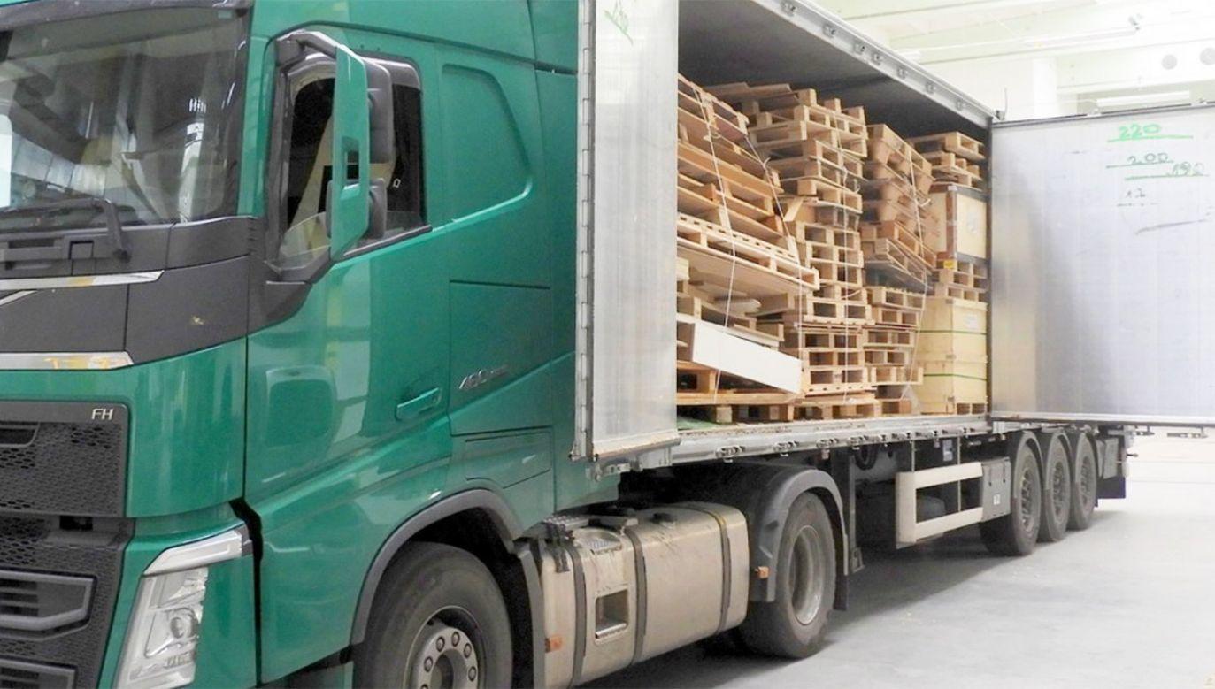 Ciężarówka wraz z towarem została zabezpieczona (fot. Izba Administracji Skarbowej w Białymstoku)