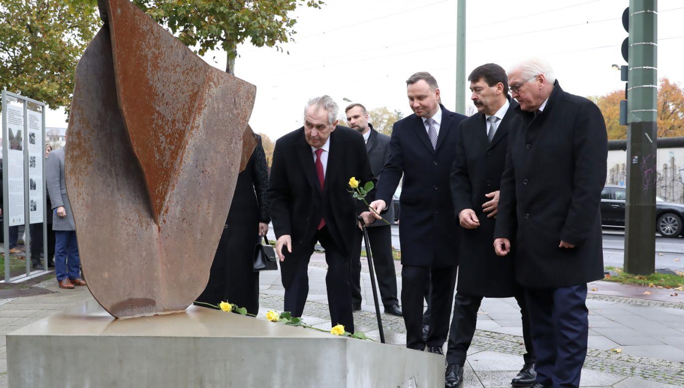 W Berlinie zostały złożone kwiaty przy pomniku upamiętniającym zasługi Grupy Wyszehradzkiej w przezwyciężaniu komunizmu (fot. PAP/Leszek Szymański)