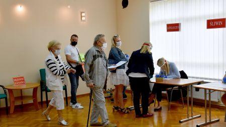 Głosowanie w nadbałtyckim Rewalu (fot. Marcin Bielecki/PAP)