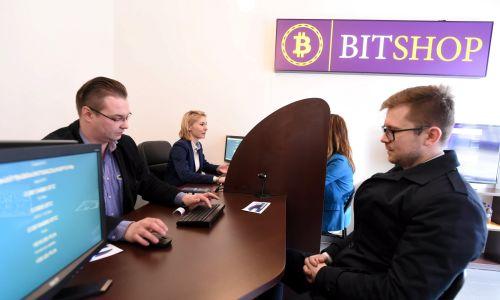 Bitshop, pierwszy fizyczny sklep w Polsce, w którym można kupić walutę bitcoin – na paragon, otwarto w Łodzi w marcu 2016 r. Fot. PAP/Grzegorz Michałowski