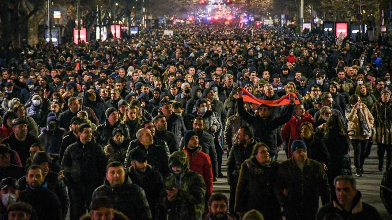 Zwolennicy i przeciwnicy rządu protestowali na ulicach Erywania (fot. PAP/EPA/NAREK ALEKSANYAN)