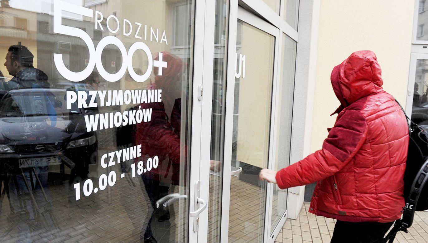 Oba świadczenia przyznawane są bez względu na dochody rodziny (fot. arch.PAP/Marcin Bielecki, zdjęcie ilustracyjne)