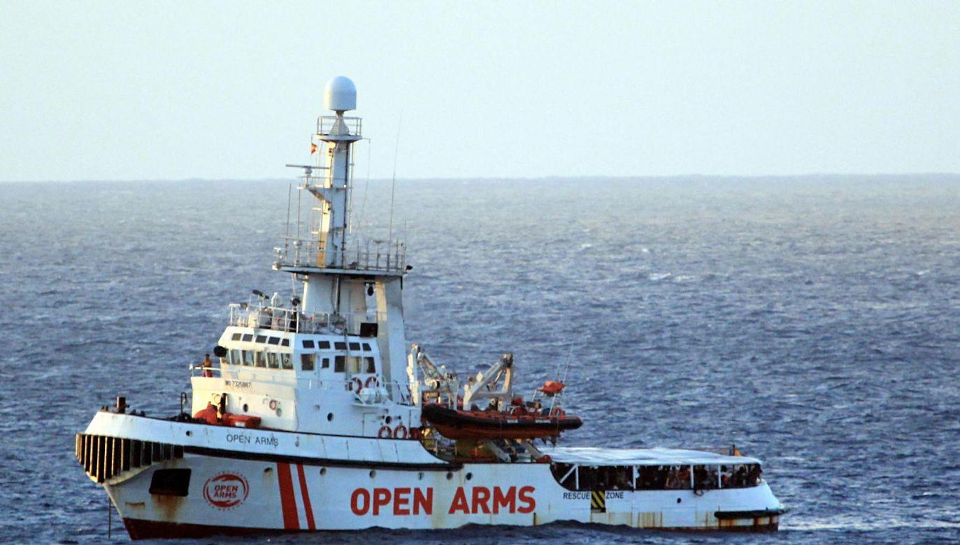 Statek z 147 migrantami czeka na wpłynięcie do portu (fot.PAP/EPA/ELIO DESIDERIO)