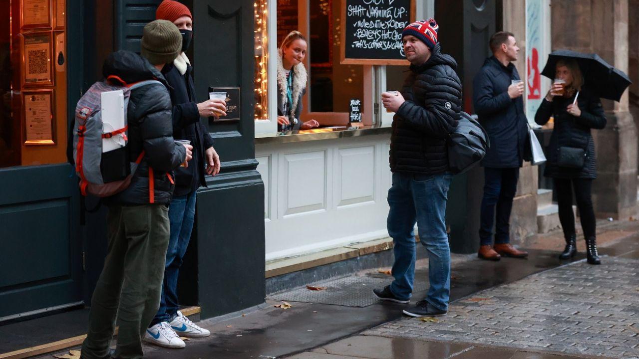 Puby mogą zostać otwarte w najbliższych tygodniach. Na razie bez certyfikatów (fot. Reuters/Hannah Mckay)