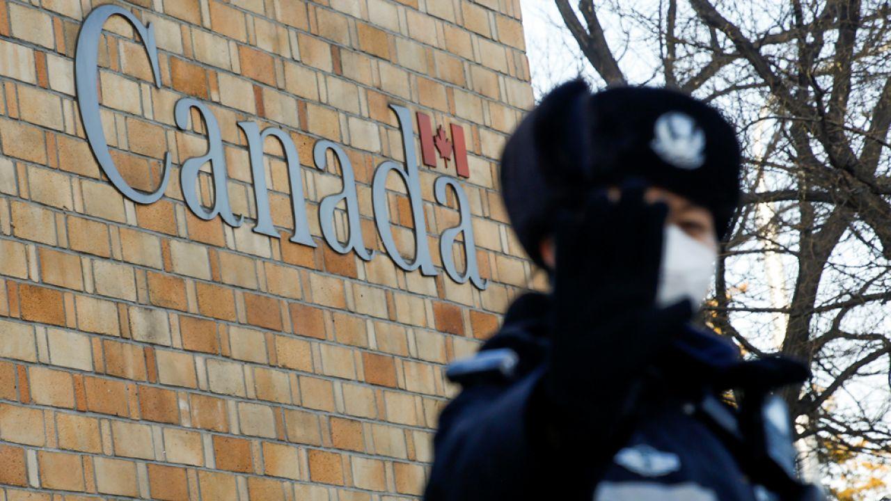 Funkcjonariusz chińskiej policji przed ambasadą Kanady w Pekinie (fot. REUTERS/Thomas Peter)