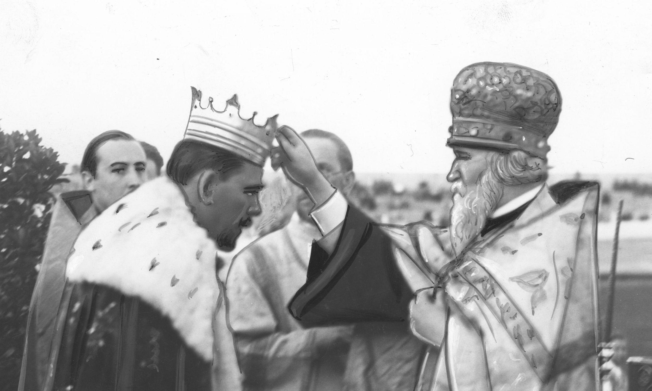 Protoprezbiter Kościoła prawosławnego Terencjusz Teodorowicz błogosławi nowo wybranego króla Cyganów Janusza Kwieka w kwietniu 1937 roku. Fot. NAC/IKC