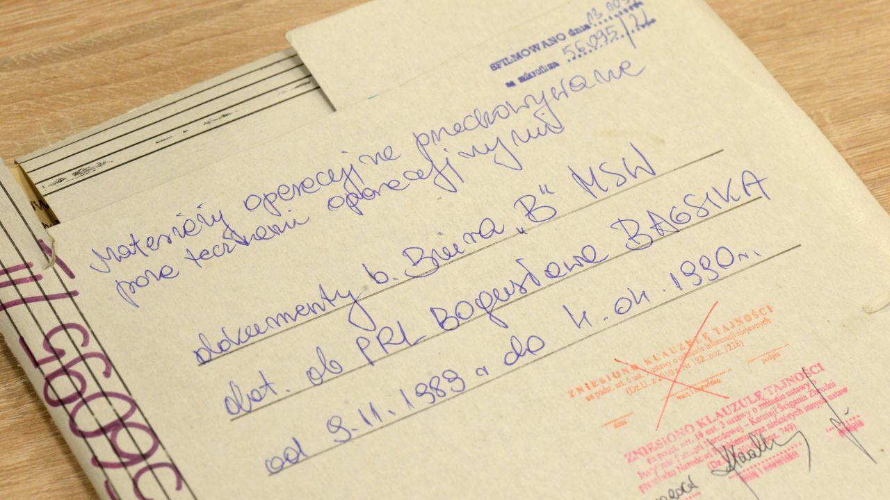 W teczce Bagsika znajduje się 25 kart dokumentów (fot. PAP/Jacek Turczyk)