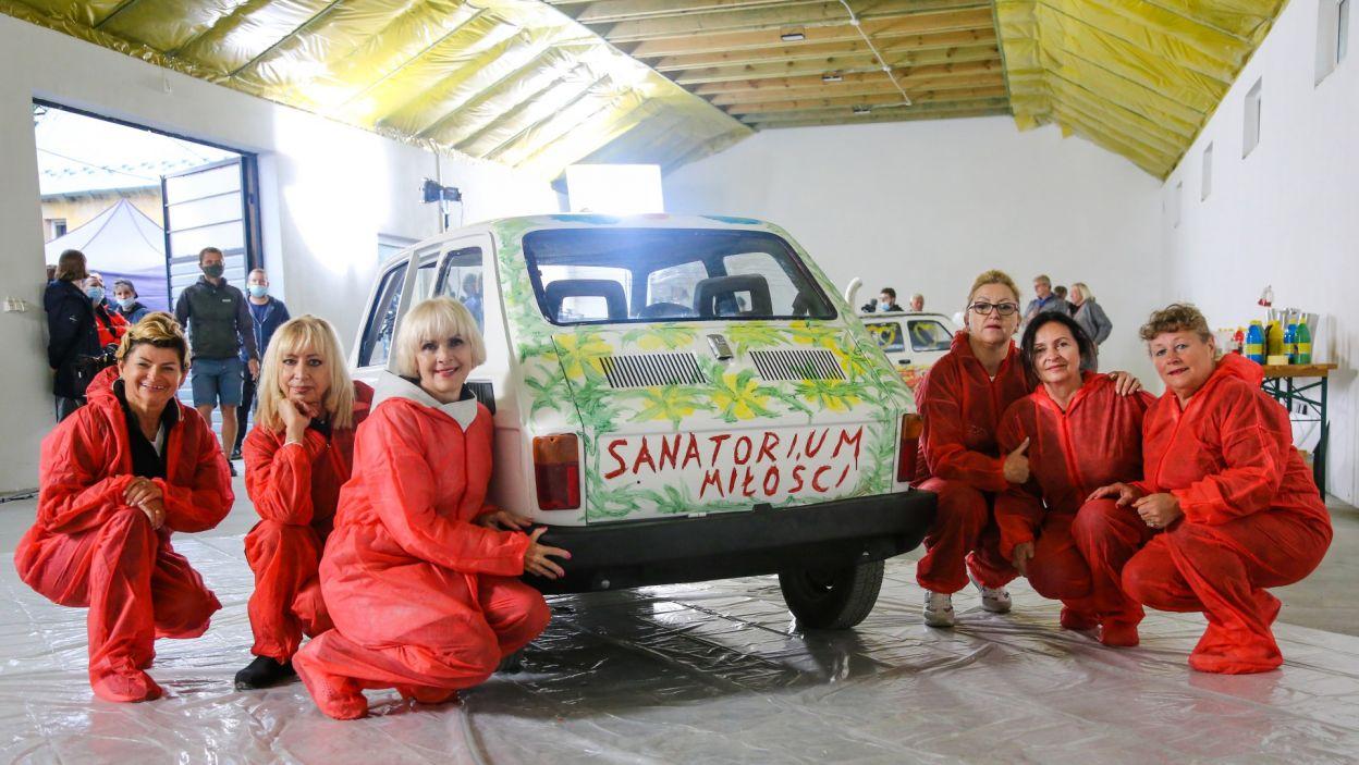 """Ostatnią atrakcją odcinka """"Sanatorium miłości"""" okazała się możliwość pomalowania Fiata 126, czyli dobrze znanego kuracjuszom """"malucha"""". Dwie drużyny – męska i żeńska – mogły dać ponieść się wodzom fantazji i upiększyć karoserie tych wyjątkowych samochodów. (fot. TVP)"""