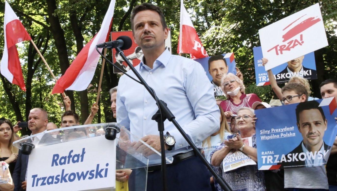W opinii szefa rządu kandydat KO często zmienia zdanie w fundamentalnych kwestiach (fot. PAP/Krzysztof Świderski)