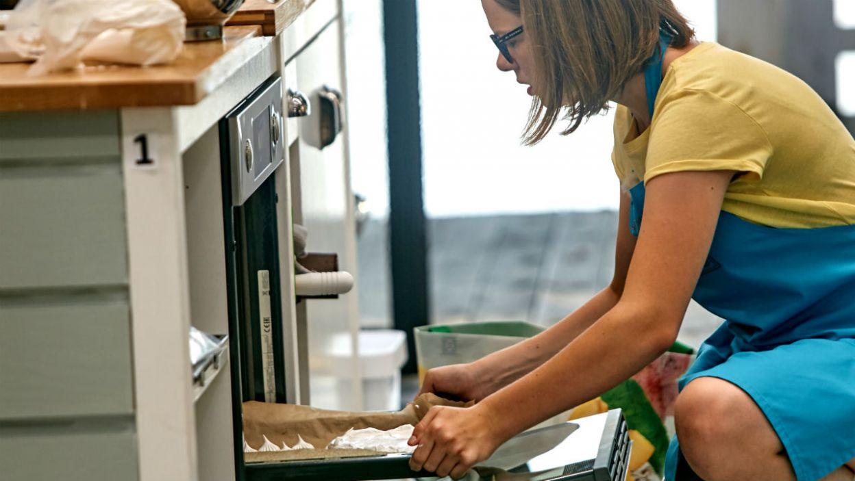 Tort można wyjąć z piekarnika. Czy Marysia będzie zadowolona ze swojego dzieła? (fot. TVP)