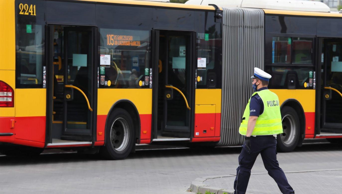 Pasażerom autobusu nic się nie stało. Na zdjęciu kontrola jednego z warszawskich autobusów (fot. PAP/Tomasz Gzell)
