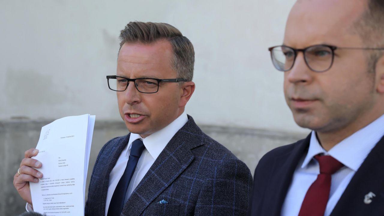 Posłowie KO: Michał Szczerba i Dariusz Joński (fot.  PAP/Tomasz Gzell)