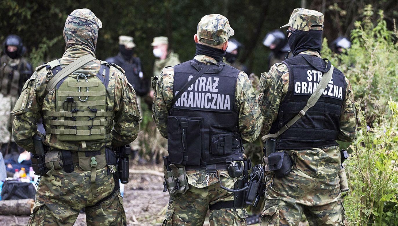 Polscy strażnicy graniczni są fizycznie atakowani przez migrantów (fot. M. Luczniewski/NurPhoto/Getty Images)