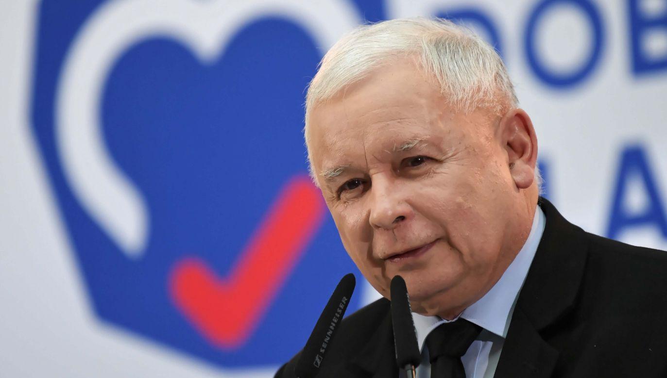 Prezes partii rządzącej Jarosław Kaczyński (C) podczas regionalnej PiS w Legnicy (fot. PAP/Adam Warżawa)